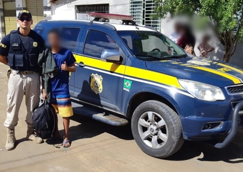 PRF flagra adolescente viajando em para-choque de caminhão na BR-101