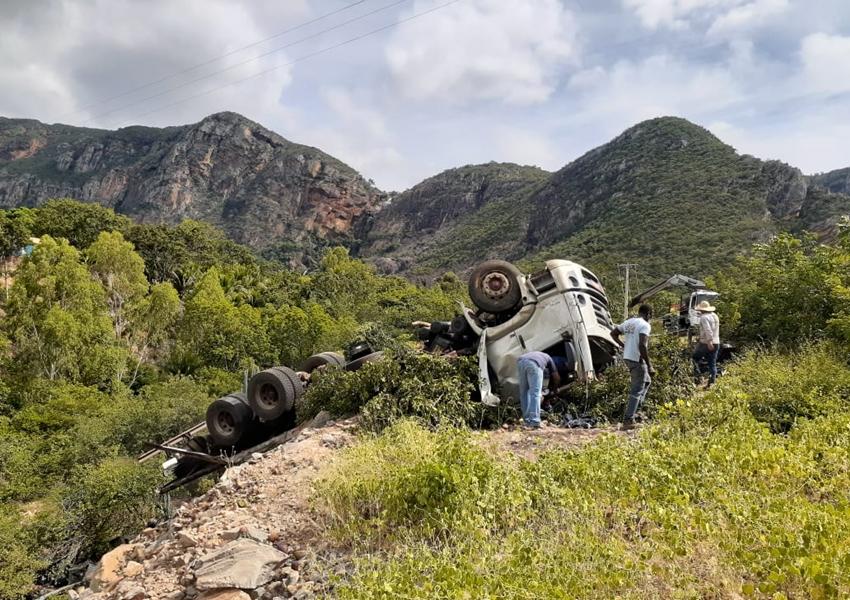Livramento: Caminhão carregado com manga tomba na Serra das Almas