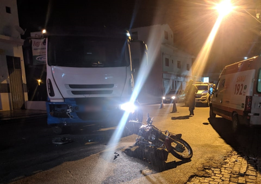 Livramento: Caminhão e moto colidem na Avenida Leônidas Cardoso