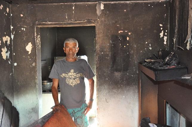 Jaguaquara: Idoso tem casa destruída por incêndio; aposentado crê em ato criminoso