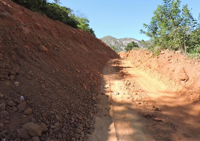 Prefeitura recupera estradas vicinais no município de Livramento de Nossa Senhora