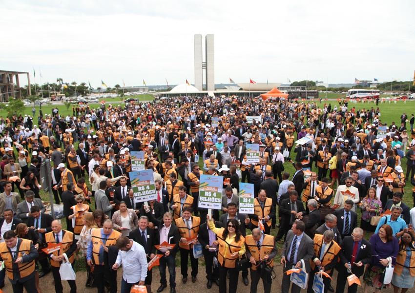 Mais de 3 mil prefeitos pedem socorro financeiro, em Brasília, na manhã desta quarta (22)
