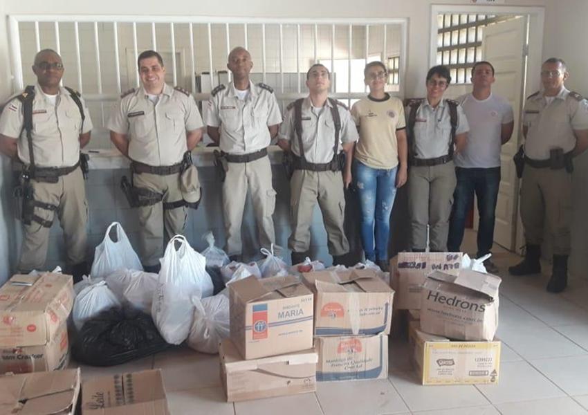 46ª CIPM doa cestas básicas para famílias carentes do bairro Benito Gama em Livramento