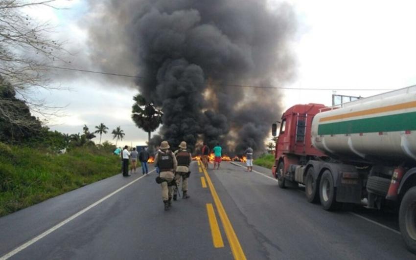 Cruz das Almas: Motoristas interditam BR-101 em protesto por morte de presidente de cooperativa