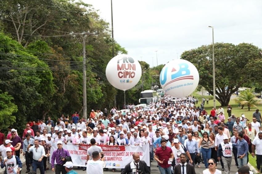 """Alegando """"cofres quebrados"""", prefeitos fecham as portas das prefeituras e fazem manifestação"""