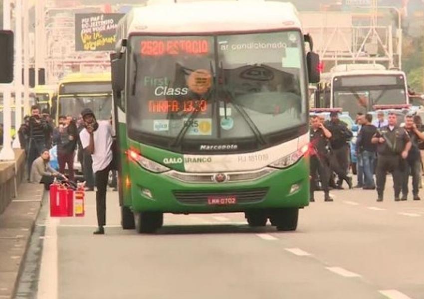 Sequestrador de ônibus na Ponte Rio-Niterói é morto por atirador de elite