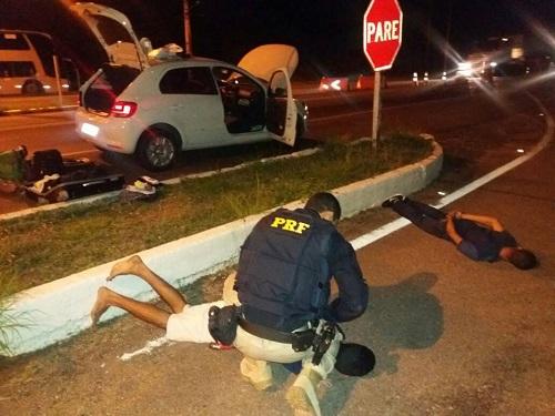 PRF prende integrantes de quadrilha com carro roubado e documentos falsos em Jequié