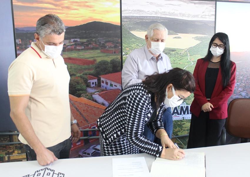 Lajucy Donato toma posse como Secretária de Educação de Guanambi