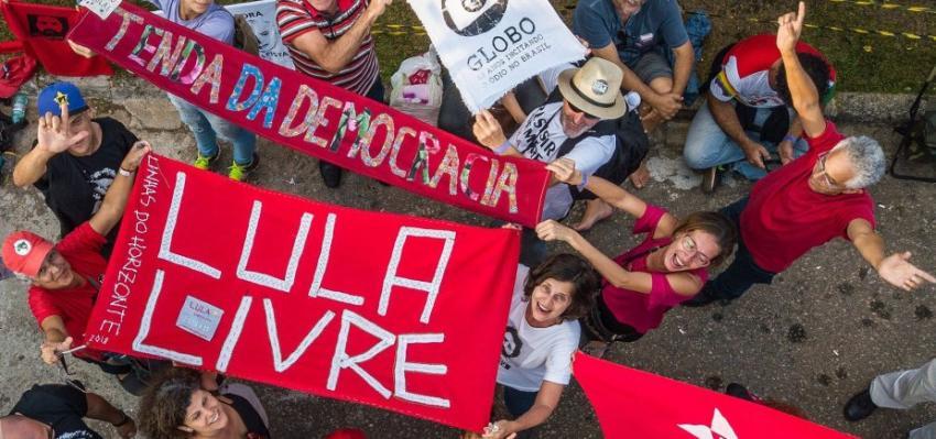 Delegado da PF quebra caixa de som usada em acampamento petista em Curitiba