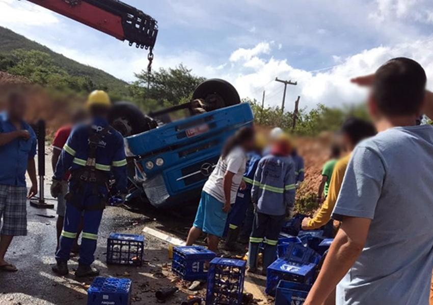Caminhão carregado com cerveja tombou na BA-148, entre o distrito de Marcolino Moura e Rio de Contas