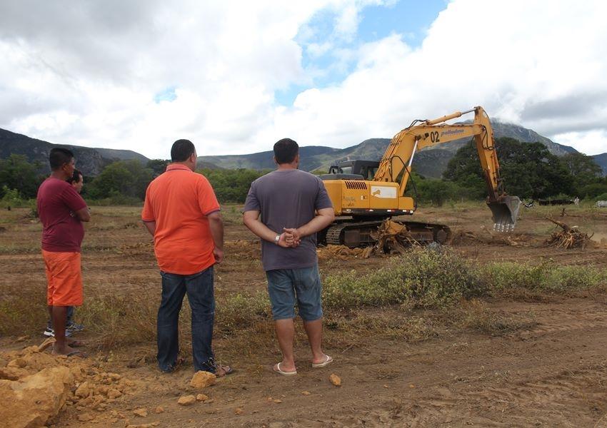Construção de campo de futebol do Bairro Estocada teve início no último domingo