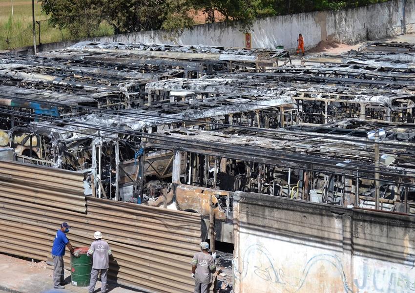 Incêndio em pátio de empresa de ônibus em Salvador destrói ao menos 62 coletivos