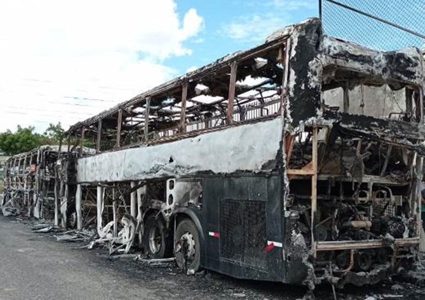 Ônibus de bandas Os Clones e Zezé Júnior são incendiados em Feira de Santana