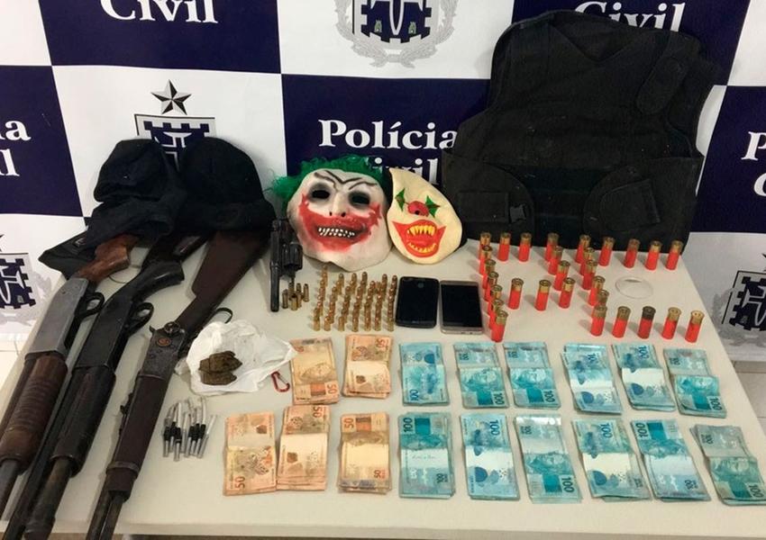 Três assaltantes de banco são presos com mais de R$ 16 mil e máscaras de palhaço em Itapetinga
