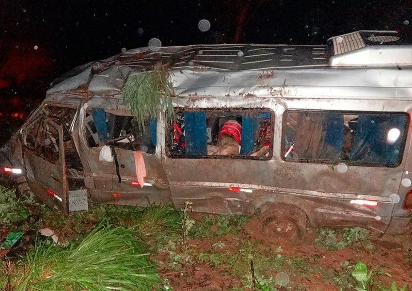 Van capota e deixa 10 pessoas feridas em Barreiras