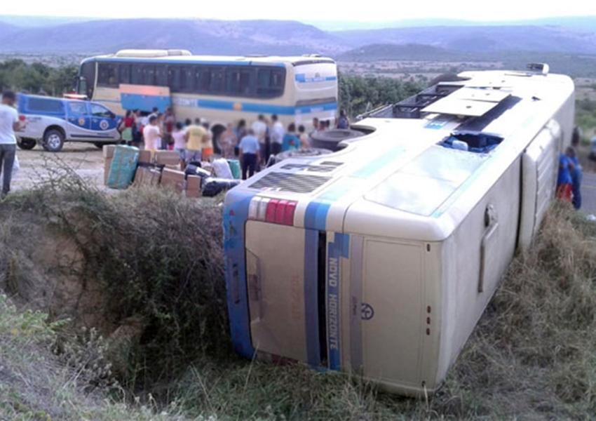 Jussiape: Motorista perde controle da direção e ônibus tomba na BA-148