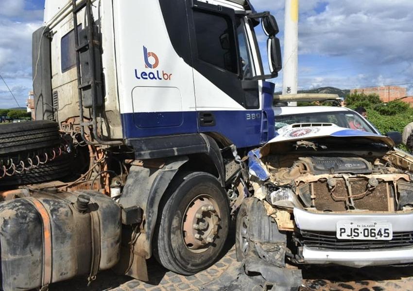 Ibotirama: Carreta invade contramão e bate em viatura da PM