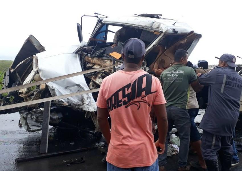 Acidente: Colisão envolvendo três caminhões deixa três feridos e interrompe trânsito na BR-101