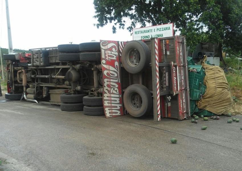 BA-148: Caminhão carregado com manga tomba em Rio de Contas