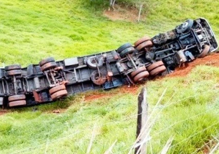 Carreta carregada de cerveja tomba em estrada na Bahia