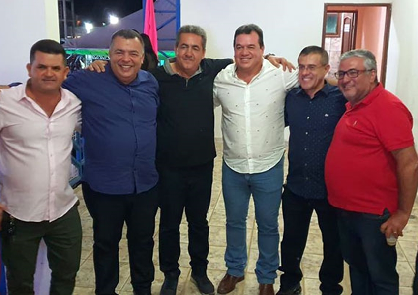 Deputado Marquinho Viana congratula-se com amigos em Livramento de Nossa Senhora