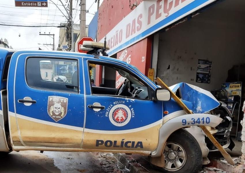 Policiais ficam feridos após viatura onde estavam invadir loja em Brumado