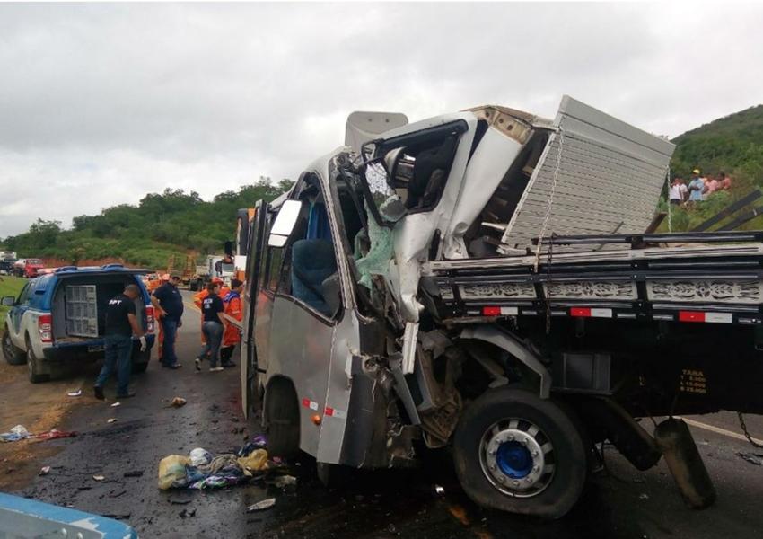 Acidente entre micro-ônibus e caminhão deixa um morto e 32 feridos no trecho que corresponde à cidade de Manoel Vitorino, na região sudoeste