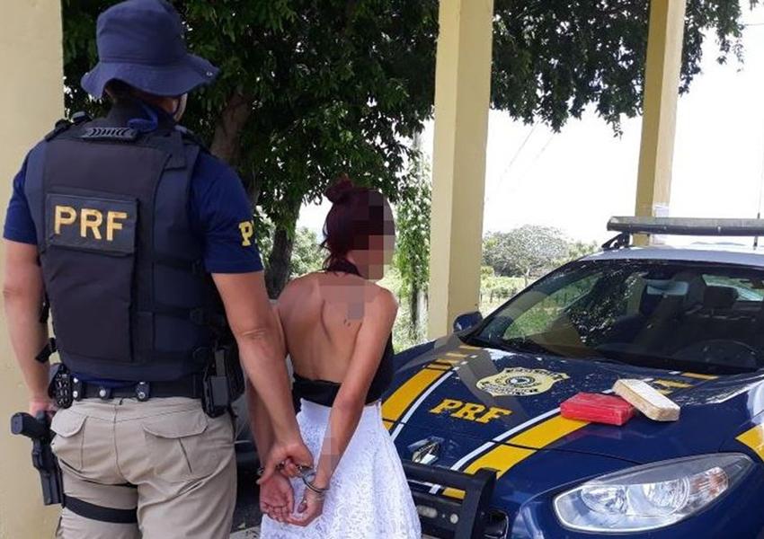 Ibotirama: Jovem de 21 anos é presa ao levar cocaína e crack em bolsa dentro de ônibus