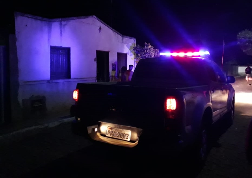 Livramento: Casa pega fogo no Bairro Benito Gama e vizinhos se mobilizam para conter as chamas