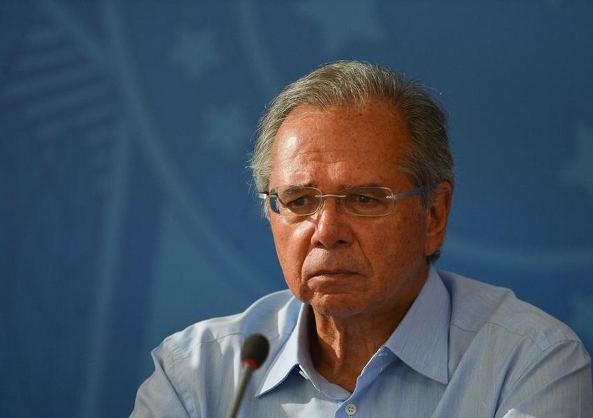 Paulo Guedes diz que dólar deveria estar descendo, mas barulho político não deixa