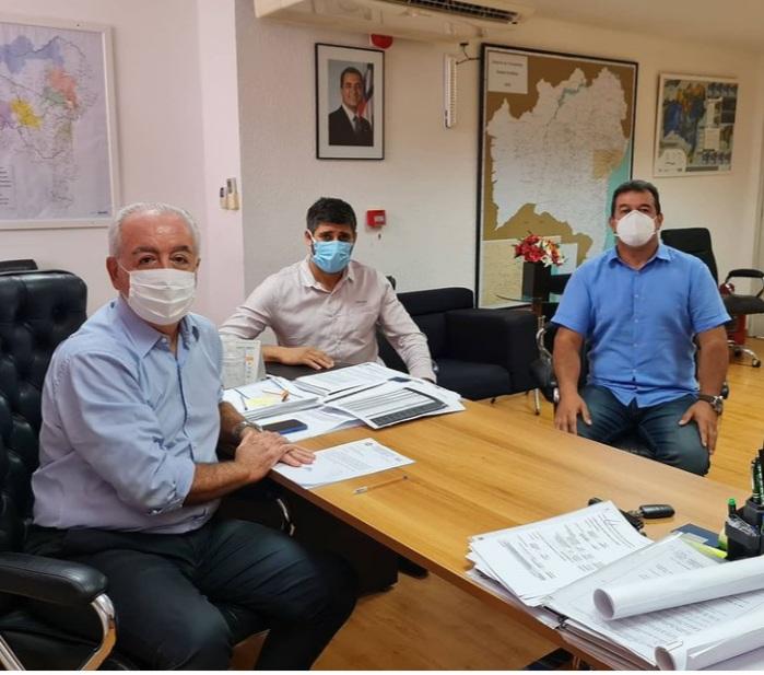 Deputado Marquinho Viana e prefeito de Cordeiros na assinatura de convênio com a CAR-SDR