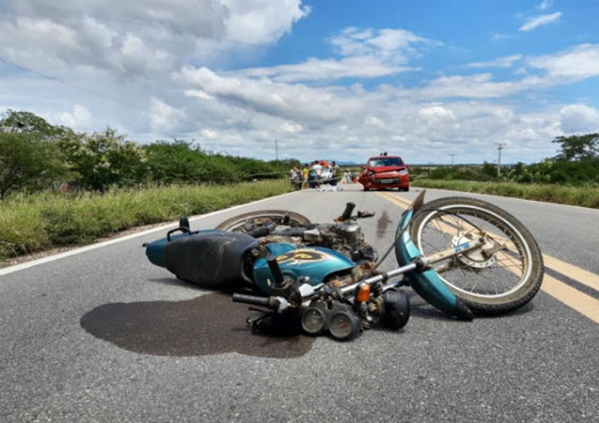 Homem morre após colisão entre moto e carro na BR-030, em Sussuarana