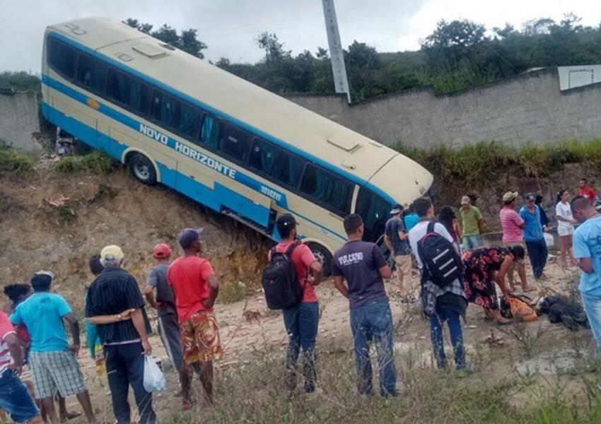 Ônibus tomba em trecho sinuoso da estrada que liga Conquista a Barra do Choça