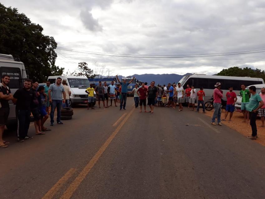 Caminhoneiros bloqueiam trecho da BA-148 em Livramento de Nossa Senhora