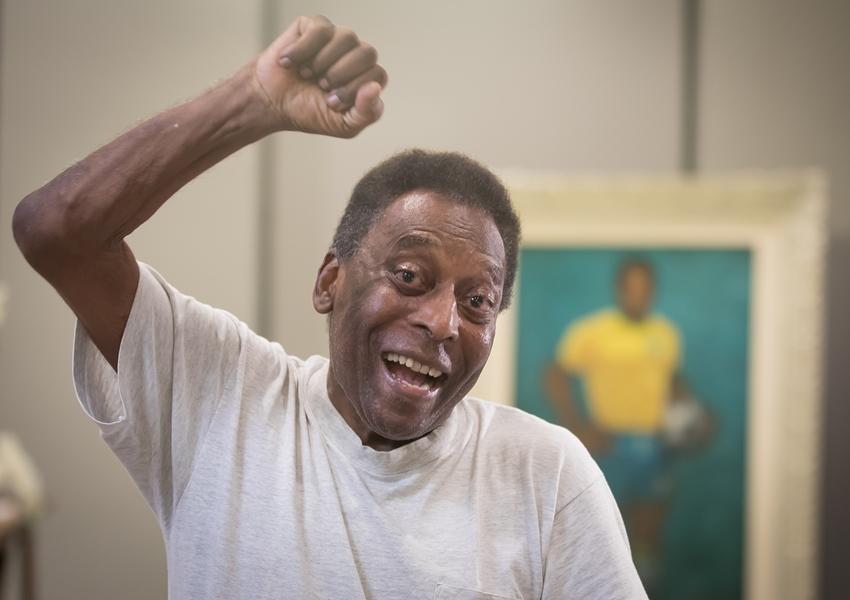 Após um mês internado, Pelé recebe alta em São Paulo
