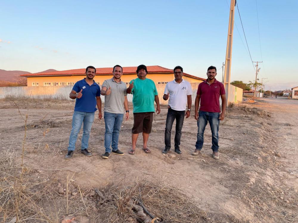 Prefeito de Ituaçu autoriza construção de Quadra Poliesportiva no povoado de Manoel Alves