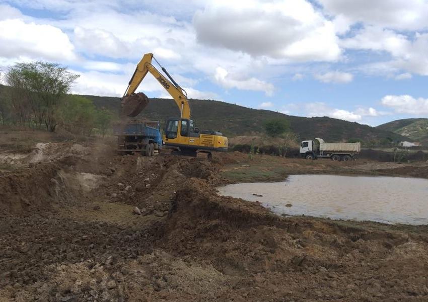 Livramento: Prefeitura realiza limpeza de lagoa e aguadas na comunidade de Santa Cruz