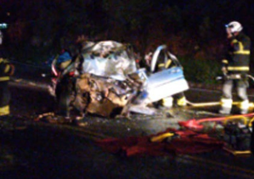 Anagé: Motorista morre após batida entre micro-ônibus e carro; ele ficou preso às ferragens
