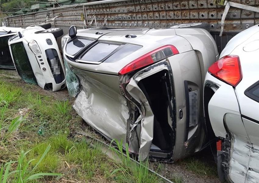Caminhão-cegonha que levava ao menos 11 carros tomba na BR-101, no sul da Bahia
