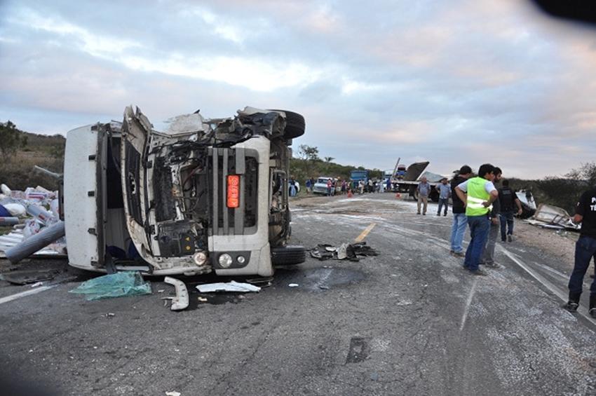Acidente entre caminhões e carreta na BR-116 mata motorista entre Jaguaquara e Irajuba