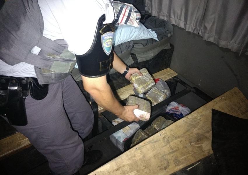 Motorista é preso com mais de R$ 1,4 milhão em fundo falso de micro-ônibus