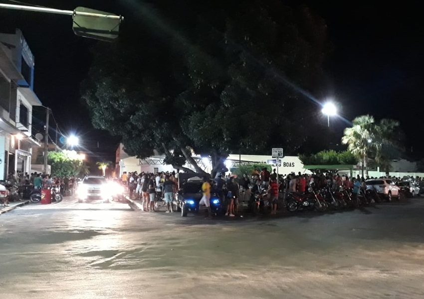 Livramento: Eleitores de Bolsonaro comemoram com buzinaços e fogos na Praça Zezinho Tanajura