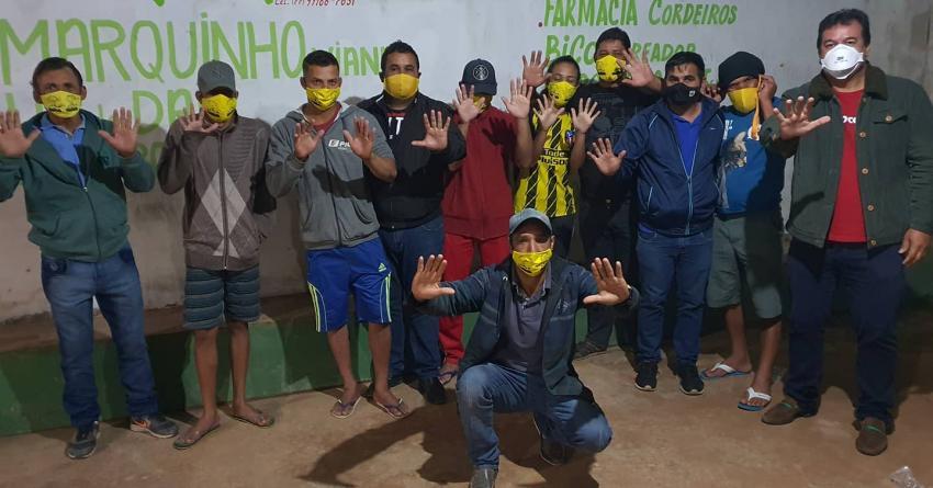 Deputado Marquinho Viana no povoado de Pé do Morro, em Barra da Estiva, com apoiadores