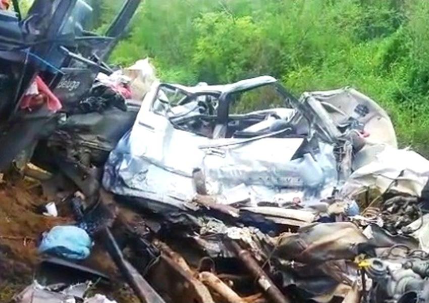 Colisão frontal entre caminhonete e carreta deixa mortos no sudoeste da Bahia