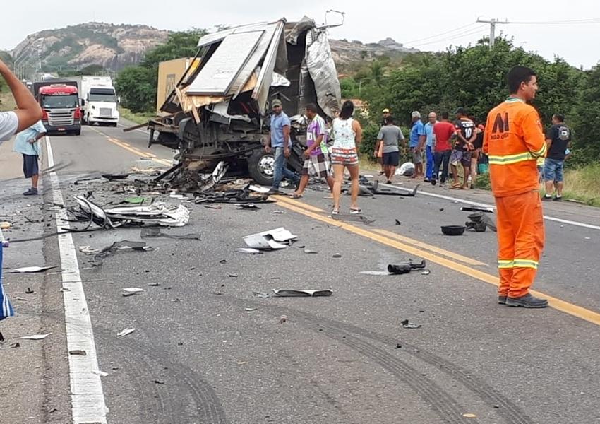 Vítimas de acidente envolvendo caminhão da banda de Léo Santana são enterradas