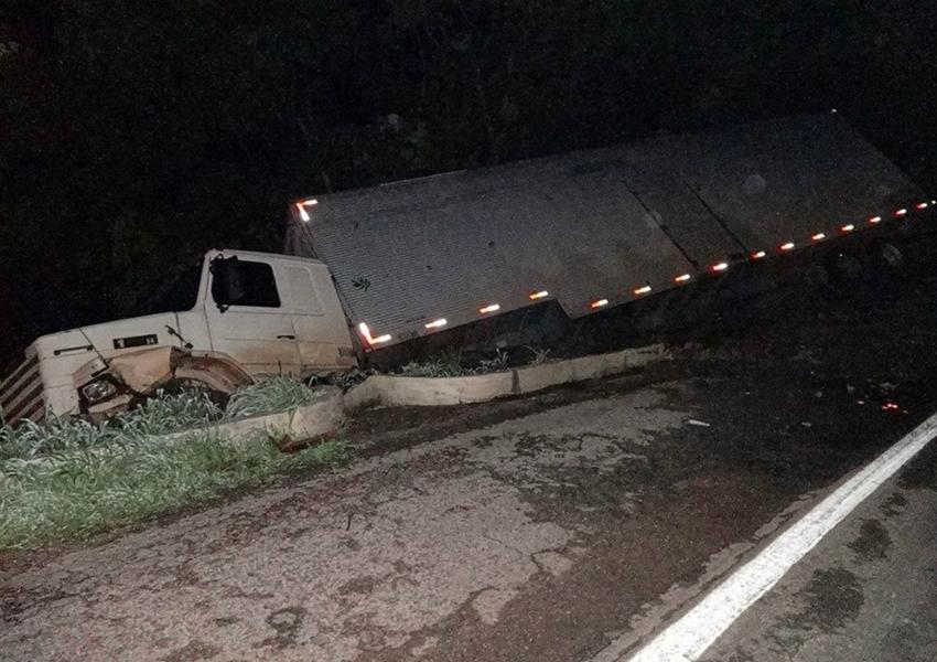 Barreiras: Caminhão-baú tomba e cai em ribanceira