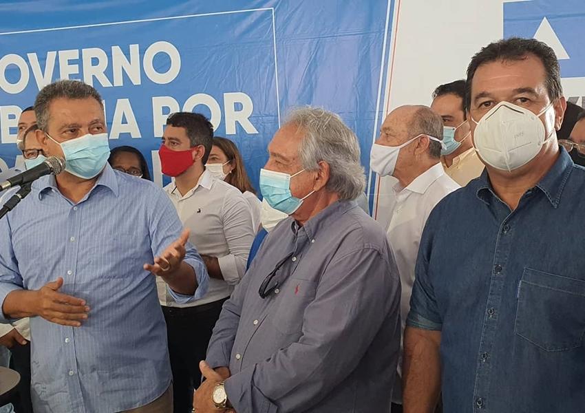 Deputado Marquinho Viana com Rui Costa na entrega de vans para os consórcios municipais de saúde