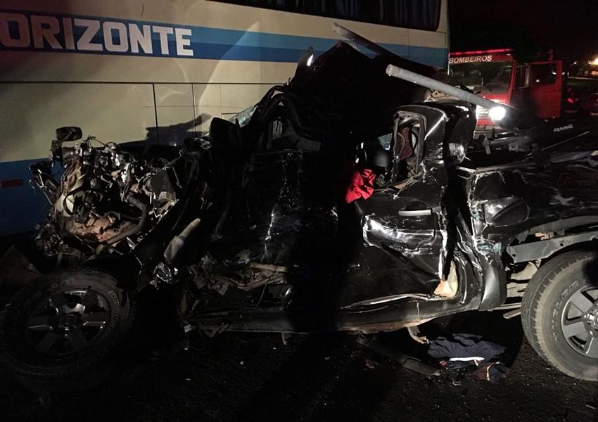 Homem morre após caminhonete bater de frente com carreta; veículo ficou irreconhecível