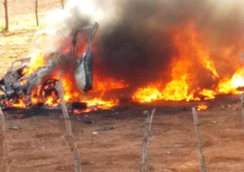 Dois homens e um idoso morrem após carro onde estavam cair em ribanceira e pegar fogo