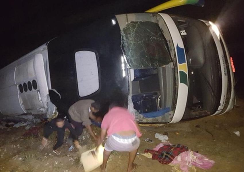 Ônibus tomba em curva e cai de ribanceira na BR-101; nove ficam feridos